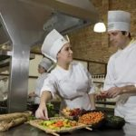 Para Atender o cliente no ramo da Hotelaria, RH em Manaus Seleciona candidatos para preencher Vagas de emprego para o cargo de - Auxiliar de Cozinha